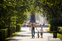 Жара в Екатеринбурге. Фонтан в дендропарке и Плотинка, ребенок, прогулка, семья, велосипед, парк, лето, сын, отец, дети, дендропарк