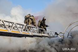 Пожар памятника архитектуры по ул. Семакова 8. Тюмень, мчс, дым, пожар, тушение пожара, пожарная лестница, пожарные