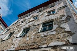 Аварийный жилой дом по адресу Коли Мяготина 74. Курган, фасад здания, аварийный дом, штукатурка рушится, разруха