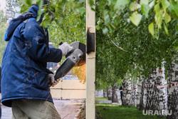 Демонтаж забора в сквере на Октябрьской площади. Екатеринбург, сквер на драме, демонтаж забора