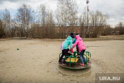 Рабочий визит Члена Центрального штаба ОНФ Калининой Светланы в поселок ГПЗ. Сургут , карусели, детская площадка, дети в грязи