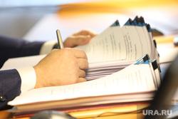 Заседание областной Думы. Курган, депутат, документы на подпись, чиновник, документы к совещанию