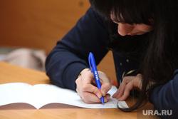 Тотальный диктант в СурГу. Сургут, студент, ручка в руке, тотальный диктант