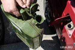 Канистра с жидкостью. Екатеринбург, бензин, топливо, бензобак, заправка автомобиля, канистра, цены на горючее