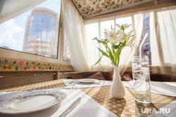 Летняя веранда ресторана «Шустов». Екатеринбург, летняя веранда, лето, кафе, цветы