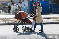 Александр Высокинский проверяет уборку районов. Екатеринбург, детская коляска