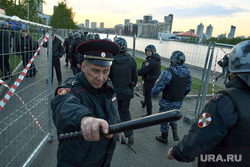 Второй день протестов против строительства храма Св. Екатерины в сквере около драмтеатра. Екатеринбург, росгвардия, полицейская дубинка, храм на драме, сквер на драме