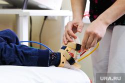 Фокин Ваня в реабилитационном отделении ЧОДКБ. Челябинск, ребенок, процедурный кабинет, больница, реабилитация, механотерапия, нога ребенка