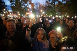 Третий день протестов против строительства храма Св. Екатерины в сквере у театра драмы. Екатеринбург, сквер, толпа, сквер на драме, свет, фонарики