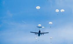 Клипарт, официальный сайт министерства обороны РФ, вдв, десант, парашют, самолет, сброс