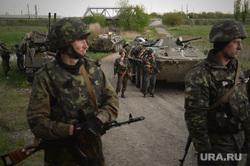 Гражданские блокируют военную технику между Краматорском и Славянском. Украина, военная техника, солдаты, украинская армия