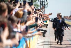 Владимир Зеленский, президент Украины. Сайт президента Украины, протянутые руки, зеленский владимир