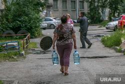 Авария водопровода. Курган, бутыли, нет воды, жильцы дома, авария на водопроводе