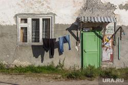 Деревяшки и снос дома. Нижневартовск., одежда сушится, барак, ветхое жилье, бедность