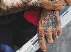 Татуировки на руках бывшего заключенного, заключенные, зек, вор в законе, криминал