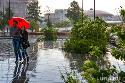 Город во время ЧМ. Екатеринбург, пара, зонт, октябрьская площадь, ливень, дождь