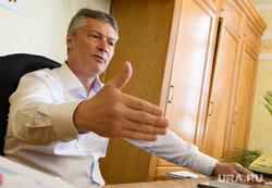 Заседание городской Думы Екатеринбурга и уход Евгения Ройзмана в отставку, ройзман евгений, портрет, жест рукой