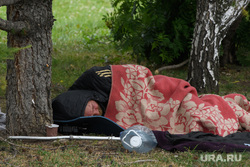Подготовка к Царским дням у Храма на Крови. Екатеринбург, бомж, одеяло, бродяга, пластиковая бутылка, сон на траве, нищий, спит