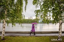 Город во время ЧМ. Екатеринбург, набережная, пасмурная погода, зонт