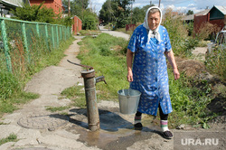 Вода. Колонка. Бабушка с ведром. Челябинск, бабушка, вода, колонка