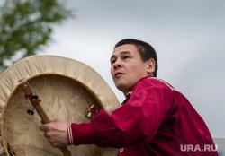 Состязания в гонках по гребле на обласах - традиционных лодках народов Севера. Сургут, ритуал, ханты, шаман, танец с бубном, кмнс