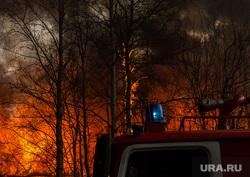 Пожар в расселенном доме, в поселке Солнечный. Сургут, пожарная машина, пожар, огонь