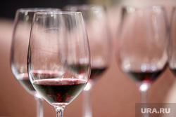 Дегустация молодого вина Божоле Нуво накануне одноименного французского праздника «Нового Божоле». Екатеринбург, бокалы, алкоголь, красное вино, выпивка