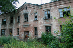 Бездомная семья. Курган, разруха, старое здание, дом под снос, ветхое и аварийное жилье, улица тимофея невежина6