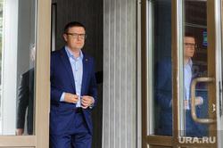 Рабочий визит Алексей Текслера в Кыштым. Челябинская область, дверь, отражение, портрет, текслер алексей