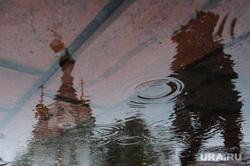 Чистка камней в Историческом сквере от надписей. Екатеринбург, лужа, отражение, дождь, дождливая погода