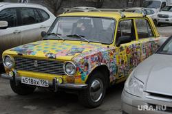 Пыльный грязный Екатеринбург. Город без снега, наклейка на машине, жигули