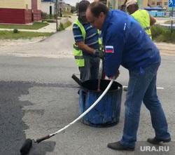 Мэр Муравленко Александр Подорога наносит пропитку на асфальт, подорога александр