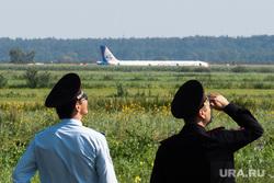 Самолет «Уральские авиалинии», совершивший аварийную посадку на кукурузном поле. Московская область, уральские авиалинии, полиция, сотрудник полиции, самолет, аварийная посадка