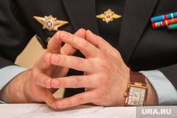 Брифинг начальника Управления наркоконтроля области Валерия Подкорытова. Курган, часы, руки полицейского