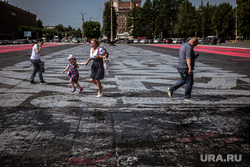 Испорченное граффити Покраса Лампаса на Площади Первой Пятилетки. Екатеринбург, уралмаш, граффити, площадь первой пятилетки, пешеходы, стенограффия, битум, покрас лампас