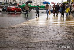 Затопление центральных улиц во время дождя. Екатеринбург, пешеходный переход, дождь, ливень, потоп