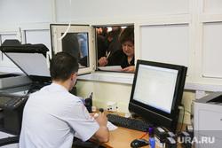 Девушкам в предверии 8 марта вручили водительские удостоверения. Тюмень, гибдд, подача заявления, выдача прав, оформление машины