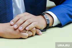 Виталий Пашин подает документы в кандидаты на пост губернатора. Челябинск, руки, браслет православный