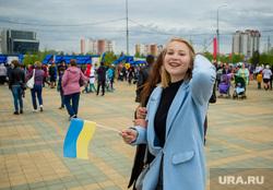 День России. Сургут, флаг украины, девушка с флагом