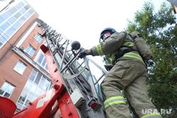 Пожаротушение мансарды по улице Хохрякова, 10. Тюмень, дым, пожар, тушение пожара, пожарная лестница