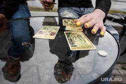 Антон Симаков гадает на набережной за рубль. Екатеринбург, стол, гадание, гадалка, предсказание, карты таро