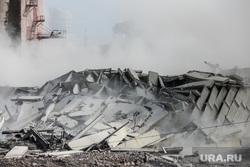 Снос цеха бестарного хранения муки мукомольного завода на Челюскинцев рядом с Макаровским мостом. Екатеринбург, обломки