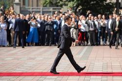 Владимир Зеленский, президент Украины. Сайт президента Украины, красная дорожка, шаг, зеленский владимир