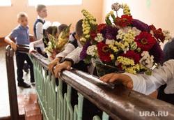 Торжественная линейка в школе № 106. Екатеринбург, первый класс, дети, первое сентября, школа, цветы