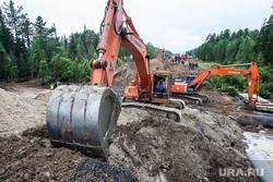 Провал на дороге Тюмень - Ханты-Мансийск. Уватский район, ремонт дороги, экскаватор