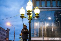 Шествие студентов радиофака. Екатеринбург, молодой человек, фонари освещения, смотрит в телефон, вечер