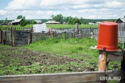 Многодетная семья фермеров из Нижнего Тагила. Свердловская область, деревня Черемшанка, огород, сельская местность, посторонним и детям вход воспрещен