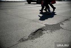 Дороги города через год после замены полотна. Сургут  , ямы на дороге, улица майская, пешеходы
