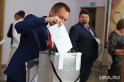 Конференция партии Единая Россия по вопросам участия в выборах депутатов городской думы.  Курган , голосование, урна для голосования