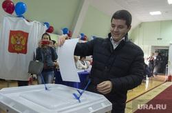 Дмитрий Артюхов и Дмитрий Кобылкин выбирают губернатора Тюменской области, портрет, выборы, артюхов дмитрий, урна для голосования